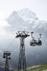 Firstbahn Kabinenbahn bei Grindelwald mit Blick auf das Mittelhorn im Sommer