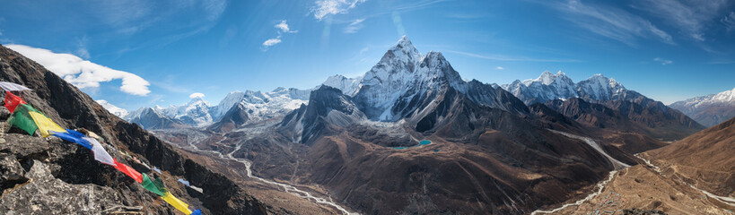 Poster Cappuccino Panoramic view of great Himalayan range. Mount Ama Dablam in the middle. Nepal, Everest area.