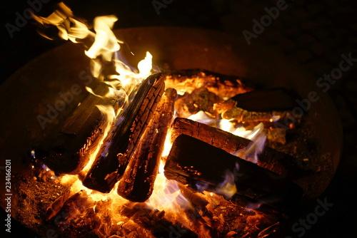 Feuer Mit Holz In Feuerschale Stockfotos Und Lizenzfreie Bilder Auf