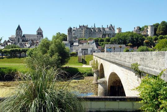Vieux pont enjambe le cher, en fond le château de Saint-Aignan et la collégiale, ville de Saint-Aignan-sur-Cher, département du Loir et Cher, France