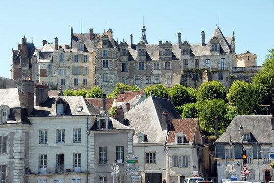 Château de Saint-Aignan surplombe les maisons de la ville de Saint-Aignan-sur-Cher, département du Loir et Cher, France