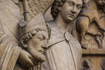 statues, détail de Notre Dame à Paris