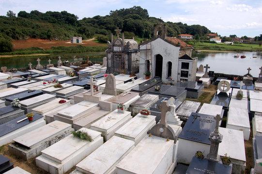 cementerio católico junto al mar