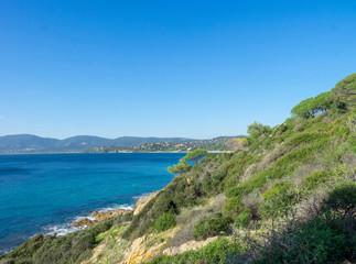 Le cap Lardier. La Croix Valmer. Vue sur la plage Gigaro, la baie de Cavalaire et la presqu'île de Saint-Tropez depuis le sentier du littoral.