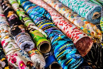 Rouleaux de tissu coloré