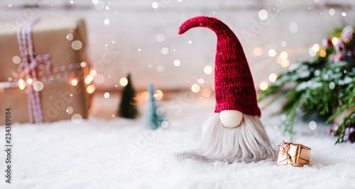 frohe weihnachten kleiner wichtel zwischen geschenken. Black Bedroom Furniture Sets. Home Design Ideas