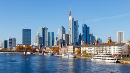 Frankfurt am Main, Blick von der Alten Brücke auf die Skyline. 18. November 2018.