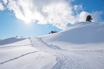 gewalzte Skiabfahrt im Rofan mit Hütte, Tiroler Berge