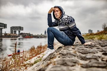 Mann, 50, nachdenklich am Rhein