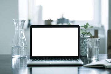 Moderner Laptop auf einem Schreibtisch in einem hellen Raum