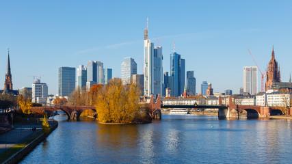 Frankfurt am Main, Blick auf die Skyline von der Ignatz-Bubis-Brücke. 18. November 2018.