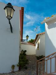 """enge bergauf führende Gasse in """"Salir"""" an der Algarve in Portugal"""