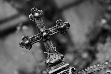 Kreuz am Friedhofszaun