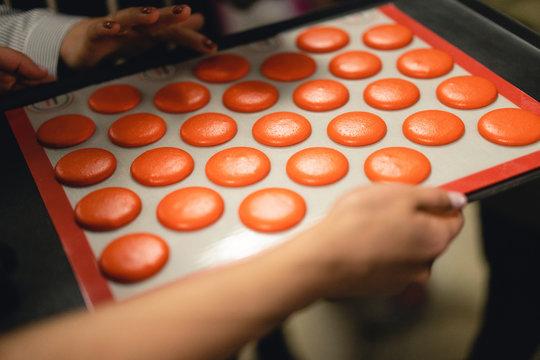 The chef sets the bake macarons