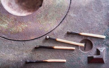 Streichholzer auf einem gusseisernen Ofen