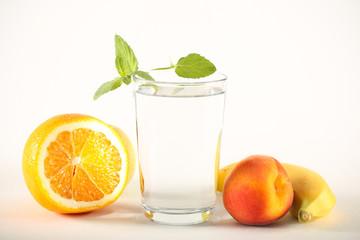 вода чистая в стакане стоит на столе