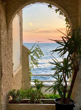 Fenster zum Meer am Abend