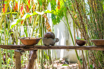 utencilios rusticos de cocina mexicana, metate, ollas de barro, jarros en la selva mexicana