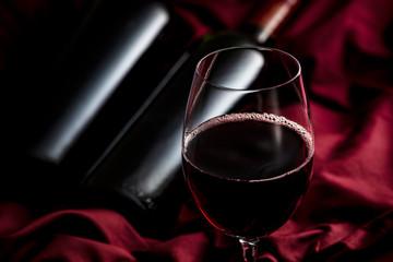 赤ワインとワインボトル