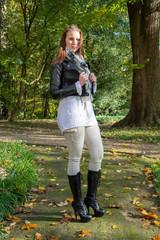 Junge Frau im Herbstwald