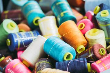 Bobines de fils colorés
