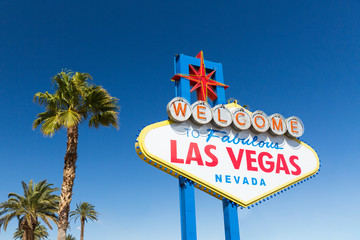 Papiers peints Las Vegas landmarks concept - welcome to fabulous las vegas sign and palm trees over blue sky in united states of america