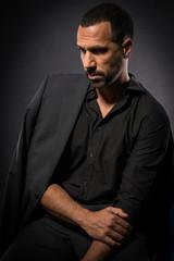 Mann mit schwarzem Anzug schaut traurig