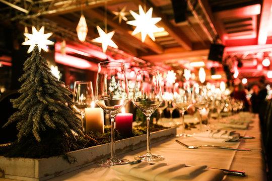 Tischdekoration bei einer Weihnachtsfeier,