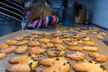 Frisch gebackene Kekse liegen auf Backpapier