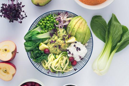 Gesundes vegetarische Superfood Bowl Essen mit Eiweiß Protein und Vitaminen für gesunde Ernährung im Winter
