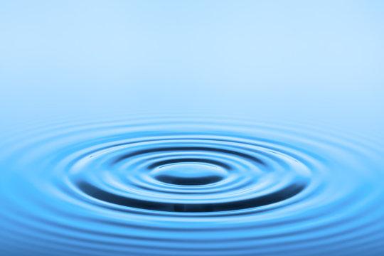 blaue Wasseroberfläche mit kreisförmigen Wellen