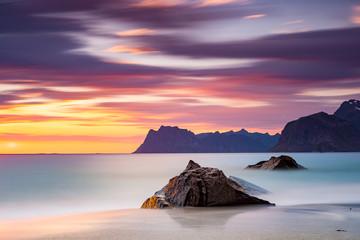 wspaniały, kolorowy zachód słońca nad morzem