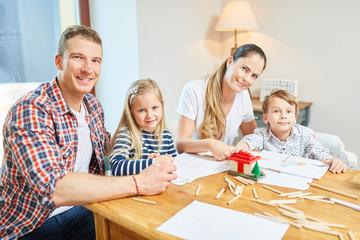 Familie und Kinder malen zusammen
