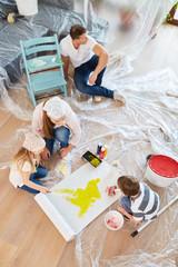 Kinder bemalen Tapete bei Haus Renovierung