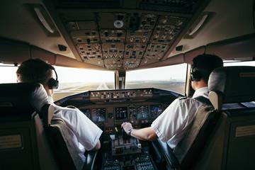 Piloten bei der Arbeit im Airliner cockpit Fototapete