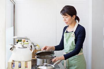 調理する主婦