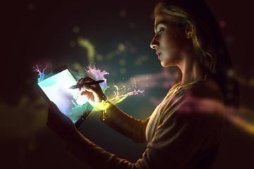 Frau arbeitet mit Stift an Tablet PC