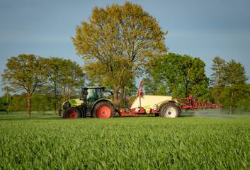 Pflanzenschutz - Ackerbau, Landwirt spritzt sein Getreide gegen Unkraut