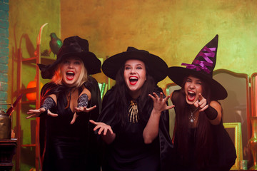 Picture of screaming three fortune-tellers in black hats