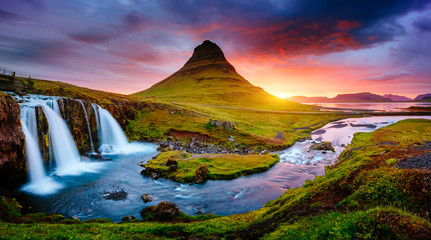 壁紙(ウォールミューラル) - The Kirkjufellsfoss waterfall the coast of Snaefellsnes peninsula. Location Iceland.