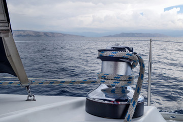 Fototapete - Mit dem Segelboot dem Unwetter entgegen
