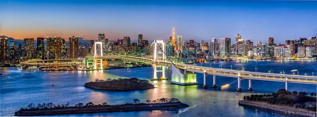 Foto op Canvas Aziatische Plekken Rainbow Bridge Panorama in Odaiba mit Tokyo Tower, Tokyo, Japan