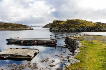 Bootsanlegestelle mit zwei Kajaks in ruhiger Bucht