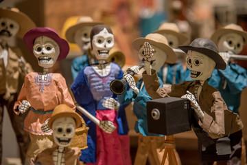 calaveras de dia de muertos  multicolores, dia de muertos con huesos y figuras de papel y barro tradicional mexicano
