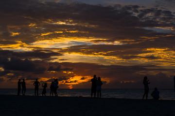 Los jóvenes disfrutan el atardecer en la playa de Varadero.