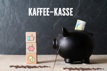 Sparschwein mit Euro-Schein vor Schiefertafel mit der Aufschrift: Kaffee-Kasse