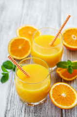 Poster Sap Glasses of juice and orange fruits