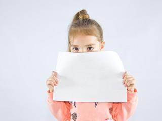 ребенок с листом бумаги