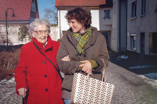 Seniorin mit Betreuerin gehen einkaufen