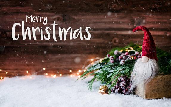 Süße Weihnachtskarte - Weihnachtsmann in rustikaler und festlich geschmückter Schneelandschaft